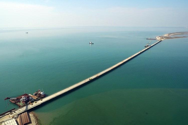 Специалисты уже построили первый рабочий мост, соединивший косу Тузла с одноименным островом Фото: СГМ-мост