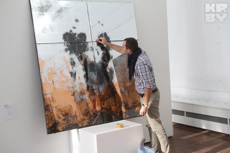 Молодые художники рисуют даже на стекле.
