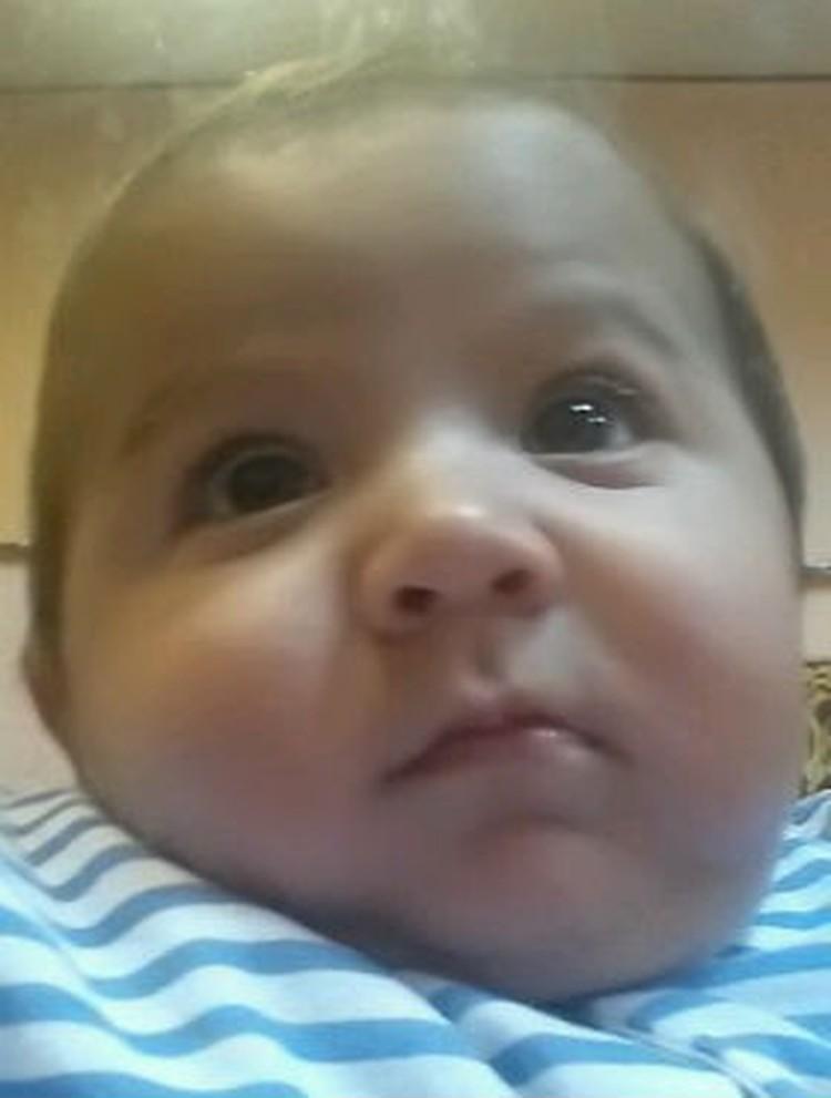 Медики говорят, что мальчик был весь больной и серьезно инфицирован.