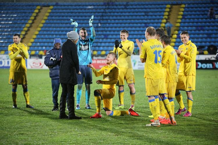 Иван сделал предложение возлюбленной прямо на стадионе.