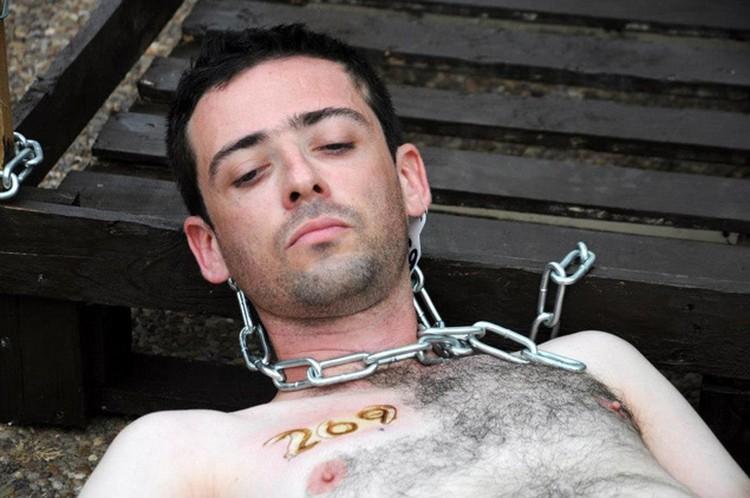 В этой акции ужасает не только то, что люди решаются поставить на себе клеймо. Но и то, что другие люди готовы жечь их каленым железом. Фото: 269life.com