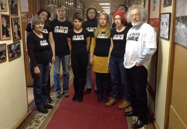 """Наша отечественная «демократическая общественность» тоже влилась в движение """"Я - Шарли Эбдо"""", натянув на себя такие же футболочки."""