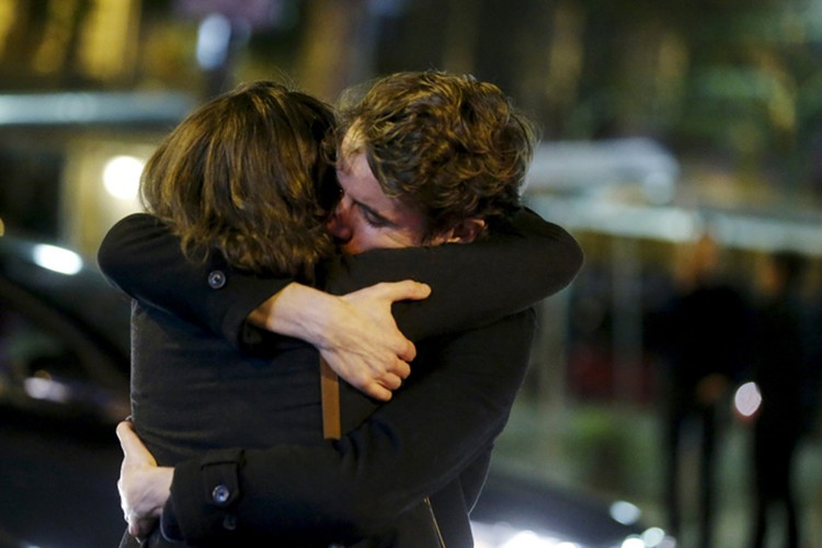 """""""Jгромное количество парижан стало публиковать предложения любым посторонним, незнакомым людям заходить домой, были открыты все двери"""""""