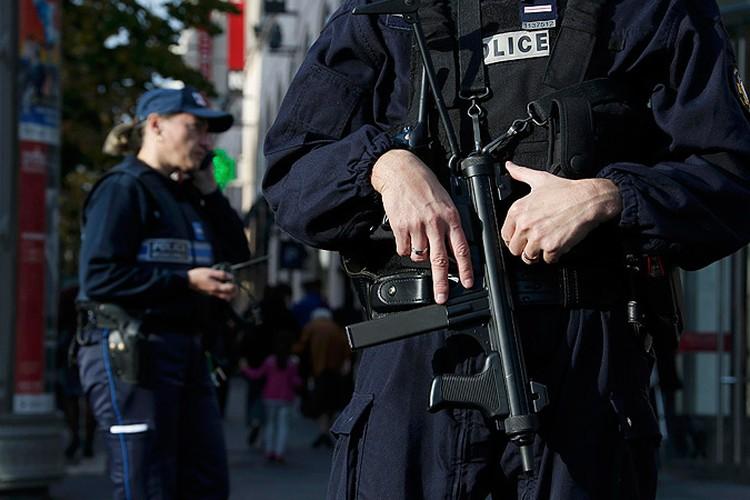 Улицы Парижа патрулирует полиция.