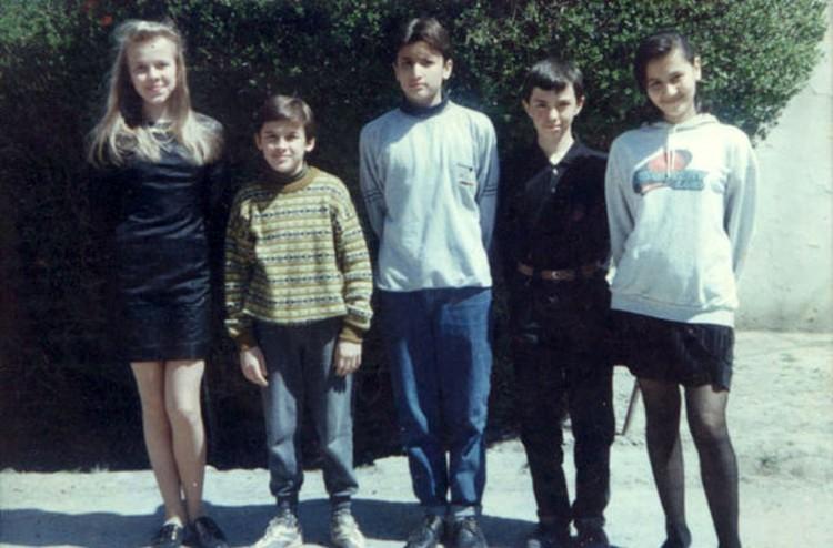 В школе будущий хирург Зелендинов (в центре) был модником и заводилой всех компаний.
