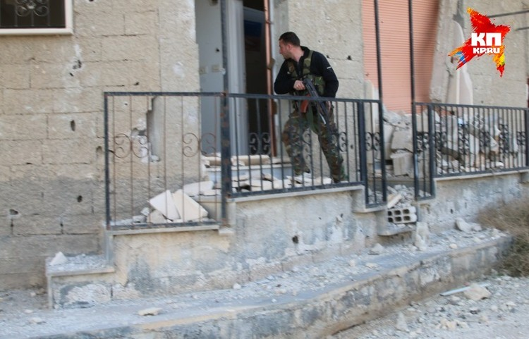 Зачистки продолжаются, солдаты простреливают подозрительные углы.