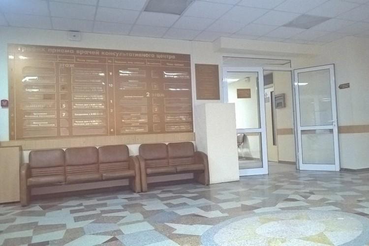 """По словам медиков, свободно пройти в перинатальный центр нельзя, но корреспонденты """"КП"""" охранников не заметили."""