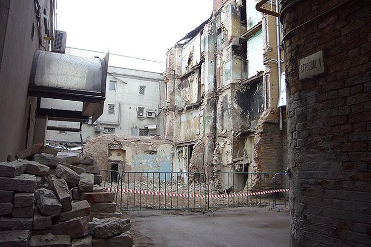 Правое разрушенное крыло дома № 8 на Каретном разобрано вплоть до капитальной стены.
