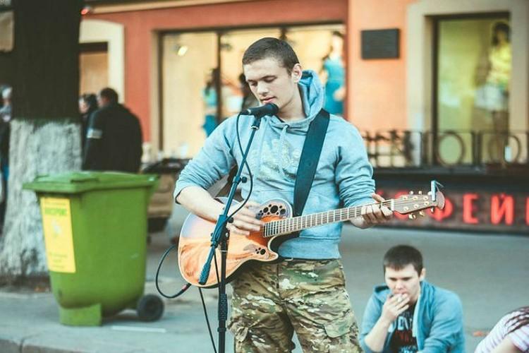 Степан сам научился играть на гитаре