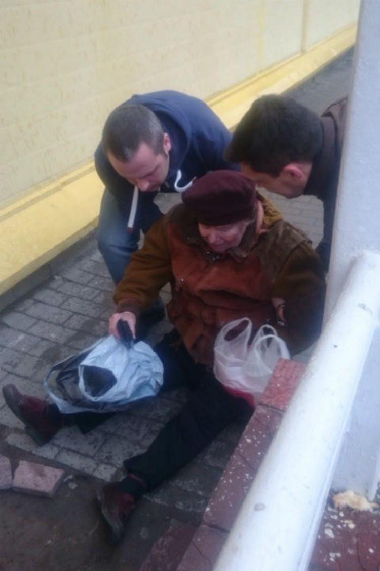Бабушке помогали подняться прохожие Фото: ДТП и ЧП (Вконтакте)