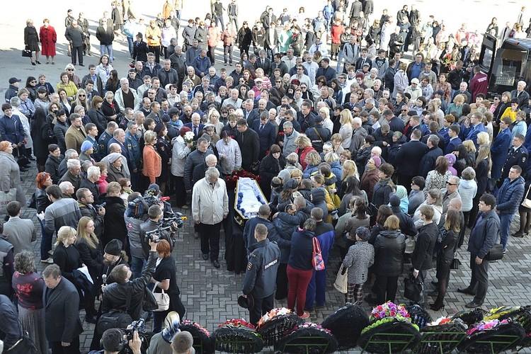 Проститься с полицейским и его семьей пришли сотни людей