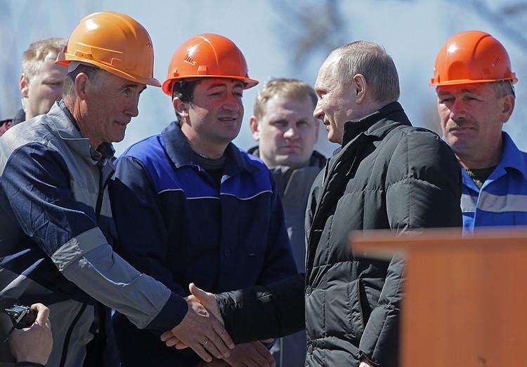 Владимир Путин после запуска подошел к рабочим, строившим «Восточный». Фото: Михаил Метцель/ТАСС