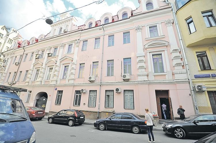 Джуне удалось не только получить в аренду для своей академии три этажа этого арбатского особняка, но и оформить четвертый в собственность.