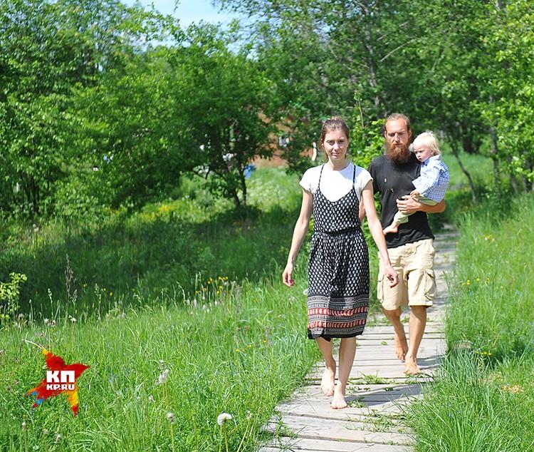 Владимир и Юлия встречают журналистов.