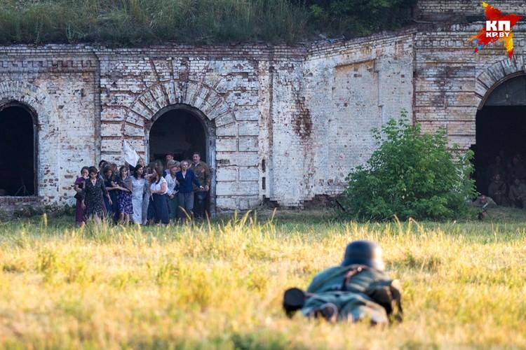 Жены и дети защитников крепости сдаются в плен.