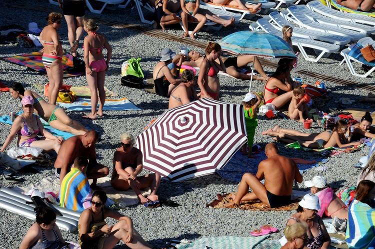 Власти хотят, чтобы как в СССР на одного отдыхающего на пляже было свободных 5 квадратных метров. Но пока это кажется фантастикой.