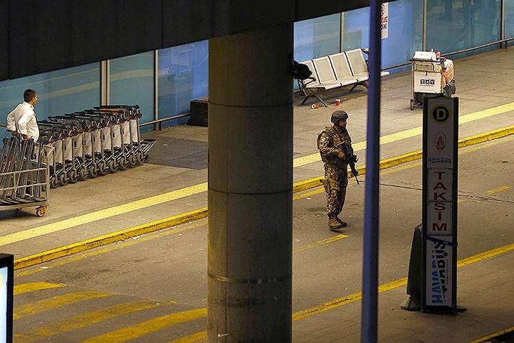 Военнослужащий турецкой армии у здания аэропорта в Стамбуле.