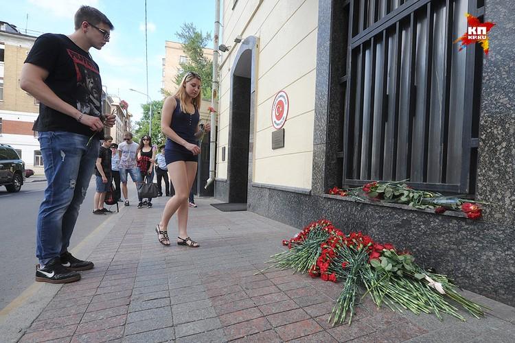 Москвичи возложили цветы у посольства Турции в память о жертвах взрывов в Стамбуле