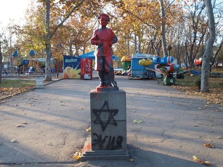 В 2011 году памятник облили красной краской.