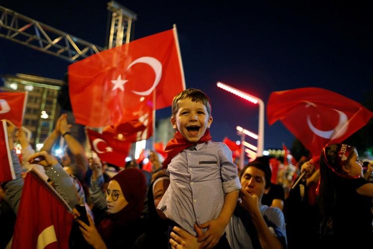 После провала путча, по всей Турции проходят митинги в поддержку Эрдогана