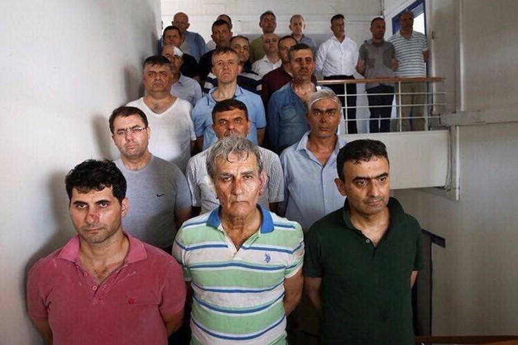 После путча в Турции задержано уже больше шести тысяч человек. В том числе - бывший глава ВВС страны Акин Озтюрк (в центре)