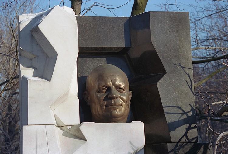 Через несколько лет именно Неизвестный поставит надгробие на могиле Хрущева