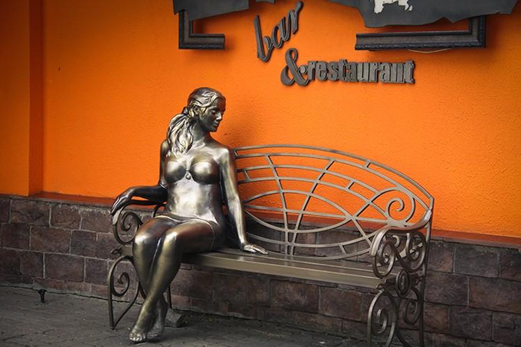 Еще одна скульптура, поражающая своей натуральностью, расположилась на улице Трефолева возле бара-ресторана «Амстердам» - это девушка, приглашающая присесть с ней рядом на скамеечку и немного отдохнуть от суеты.