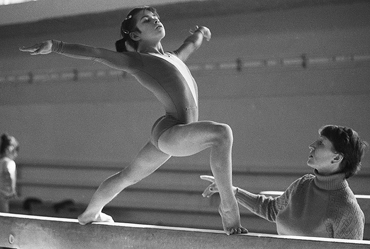 1987 год, Ташкент. Ученица пятого класса Оксана Чусовитина во время тренировки. ФОТО Кошкин Александр/Фотохроника ТАСС