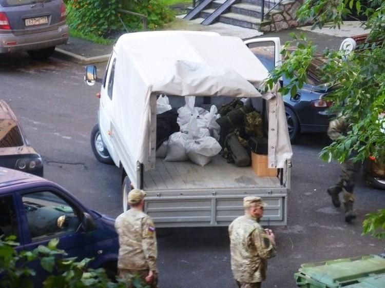Чтобы обезопасить соседей от возможных взрывов, дверь в квартиру, где окопались боевики, обложили мешками с песком. Фото: ДТП и ЧП/ВКонтакте