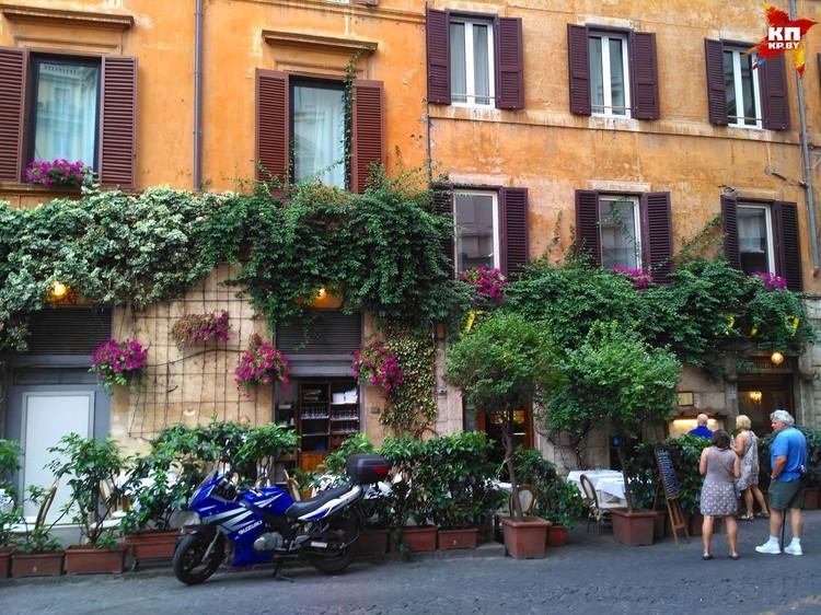 Многие кафе в Риме обвивает зеленый плющ. ФОТО: Дарья РАДЬКОВСКАЯ
