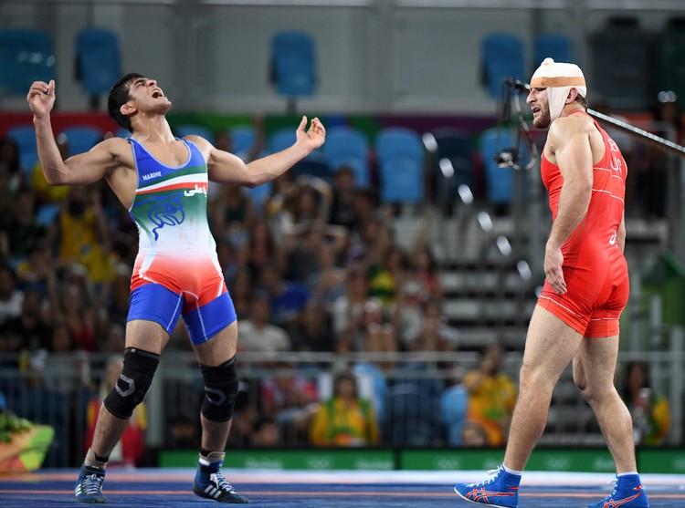 Иранец празднует победу в финале Олимпиады.