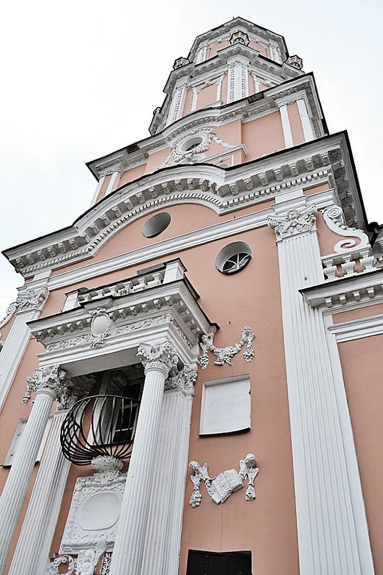 Часто масонскую символику ищут на Меншиковой башне (церковь Архангела Гавриила). Но зря: если она тут и была, то после указа 1822 года о запрете лож все знаки, в которых был хоть намек на масонов, уничтожили.