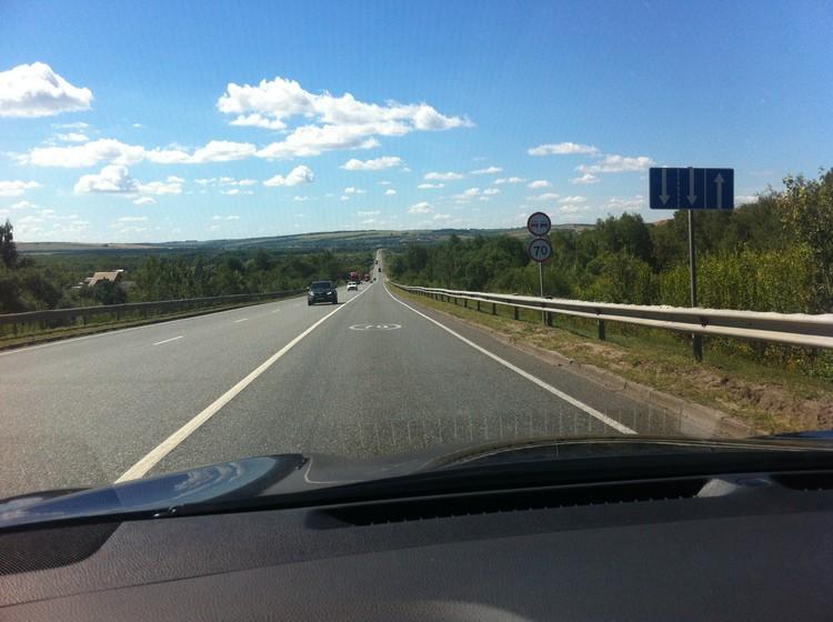 Держать на бесконечных прямиках скорость в 70 км/ч тяжело. Но где-то там внизу будет камера