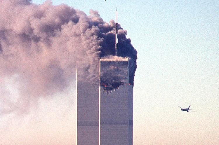 11 сентября 2001 года. Через мгновение второй самолет врежется в башню-близнец Всемирного торгового центра.