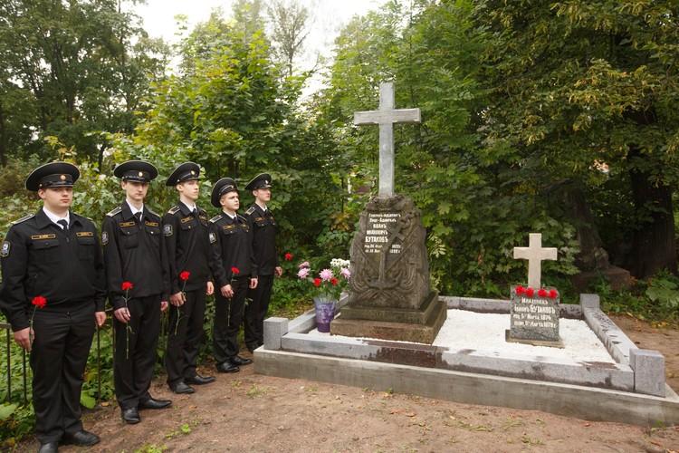 Могилы Бутаковых засыпали цветами и венками. Наверно, впервые за последние 20 лет