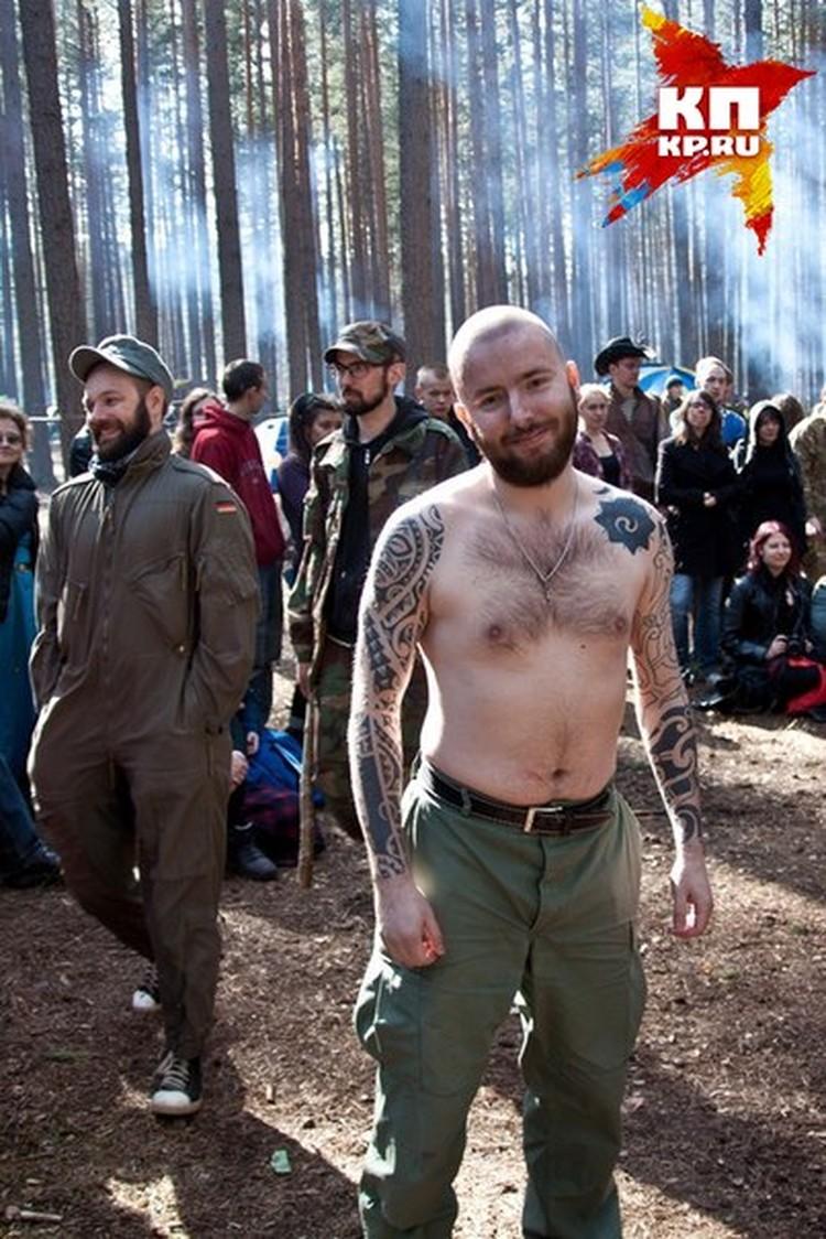 Ермолинский мог отрастить волосы и сбрить бороду. Но татуировки спрятать сложнее