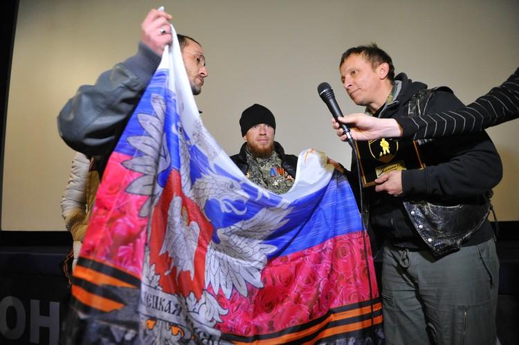 Арсений Павлов (в центре) с актёром Иваном Охлобыстиным в Донецке.