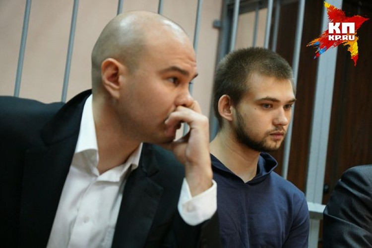 Слева от Руслана сидит один из его адвокатов Станислав Ильченко, у которого в квартире блогер находился под домашним арестом.