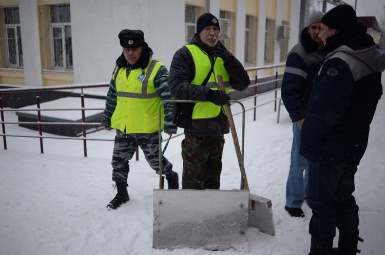За уборку снега на перроне платят 3,5 тысячи в месяц. Зато, когда снега нет, можно на диване лежать. Хорошо!