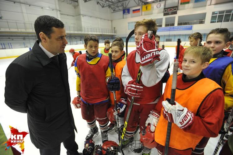 Дмитрию Юрьевичу есть о чем поговорить с юными хоккеистами: ведь он сам дважды в неделю ходит на тренировки.
