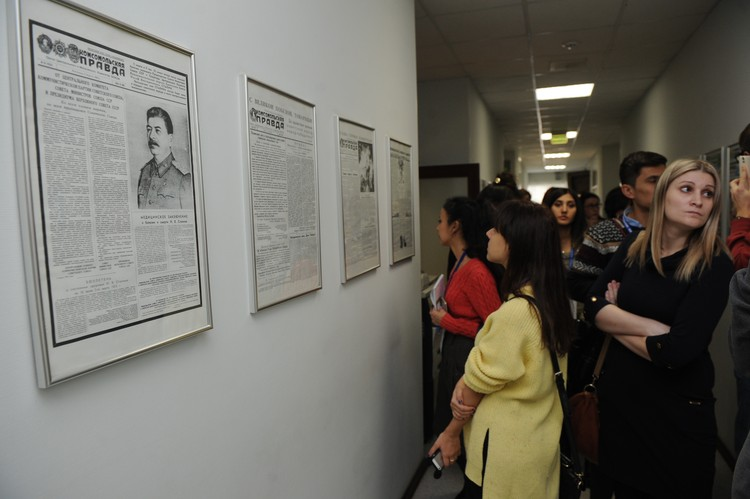 """Гости редакции изучают исторические обложки """"Комсомолки"""""""