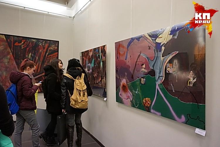 На выставке молодых творцов.