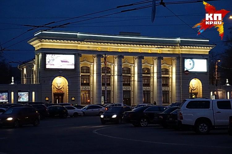 """Фильмы показывают в """"Спартаке""""."""