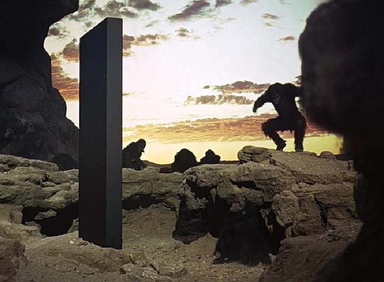 """2. Монолит из """"Космической одиссеи 2011 года"""" Артура Кларка и Стэнли Кубрика. Конкретно этот по сюжету, был установлен на Земле. Способствовал превращению обезьны в человека."""