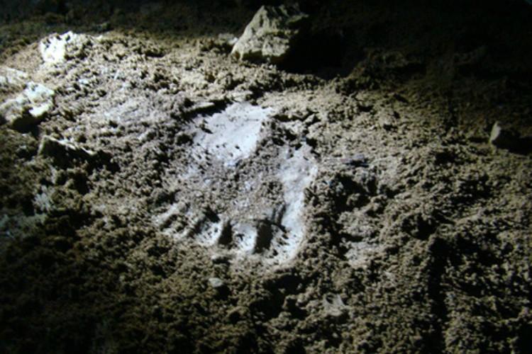 Такие следы можно обнаружить в пещерах и лесах... если хорошо поискать. Источник: архив КП