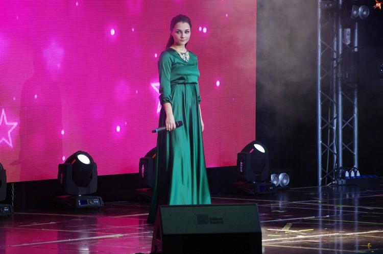 Открыла вокальное шоу победительница прошлого куонкурса Универвидение-2015 из Йошкар-Олы.