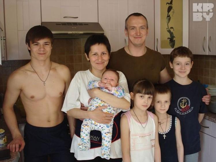 У священника было 5 детей, но приемный сын ушел из дома.