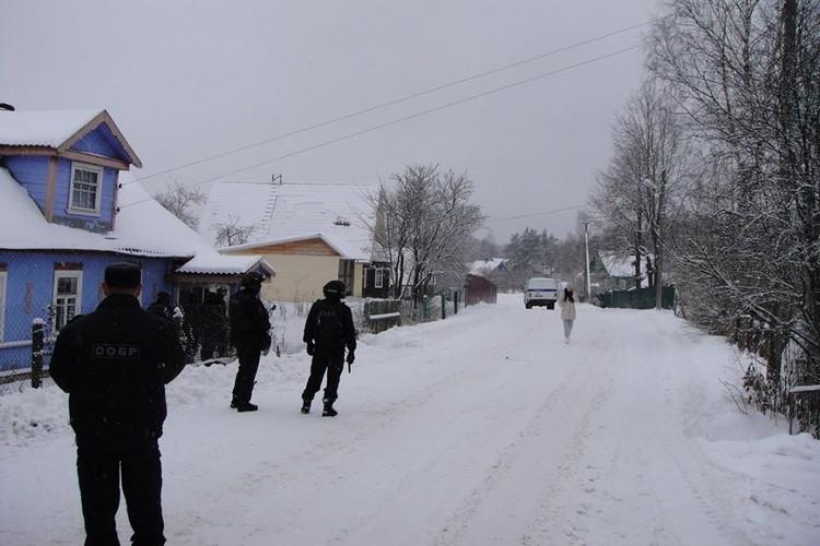 Момент перед штурмом. Женщина, которая идет по улице к СОБРу - мама Дениса.
