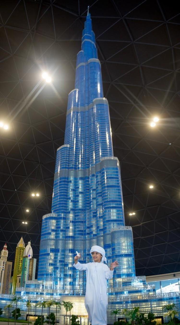 Самая высокая в мире модель самого высокого в мире небоскреба - 17-метровая копия башни Бурдж-Халифа. Фото предоставлено Dubai Parks and Resorts.