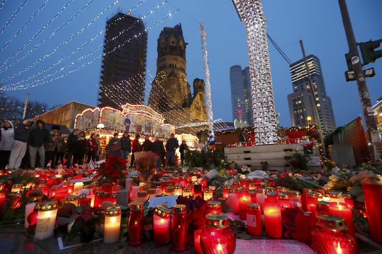Свечи и цветы в память о погибших в теракте в Берлине.